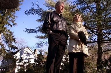 """En esta foto de archivo del 6 de enero de 2000, Bill y Hillary Clinton están en la entrada de su nuevo hogar en Chappaqua, Nueva York. Un funcionario dijo el miércoles 24 de octubre de 2018 que se halló """"un artefacto explosivo funcional"""" en la casa."""