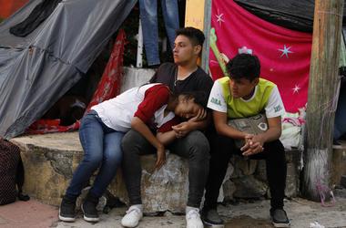 Migrantes centroamericanos descansan mientras la caravana que avanza lentamente hacia la frontera con Estados Unidos para para hacer noche en Pijijiapan, en el estado mexicano de Chiapas, el 25 de octubre de 2018.