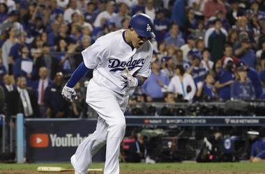 En esta foto de archivo del 26 de octubre de 2018, Manny Machado, de los Dodgers de Los Ángeles, reacciona tras sacar un elevado para cerrar la 10ma entrada en el tercer juego de la Serie Mundial contra los Medias Rojas de Boston, en Los Ángeles. El geren