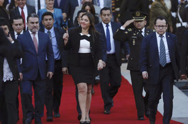 En esta foto de archivo del 6 de enero de 2018, la entonces vicepresidenta de Ecuador, María Alejandra Vicuña, muestra su aprobación cuando abandona la Asamblea Nacional en Quito. El lunes 3 de diciembre de 2018 el presidente de Ecuador, Lenín Moreno, des