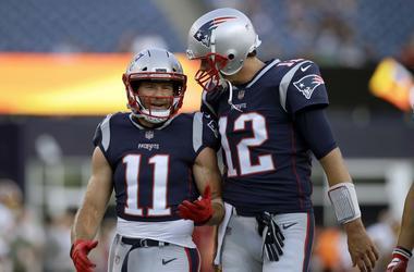 El wide receiver Julian Edelman (11), de los Patriots de Nueva Inglaterra, conversa con el quarterback Tom Brady (12).