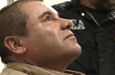 """El narcotraficante mexicano Joaquín """"El Chapo"""" Guzmán llega al aeropuerto MacArthur de Long Island, en Ronkonkoma, Nueva York, tras ser extraditado a Estados Unidos para enfrentar cargos por tráfico de drogas."""