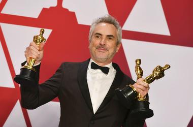 """Alfonso Cuarón posa tras ganar los premios Oscar a la mejor película extranjera, dirección y cinematografía por """"Roma"""", el domingo 24 de febrero del 2019 en el Teatro Dolby en Los Angeles."""