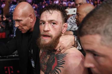 En esta imagen de archivo, tomada el 6 de octubre de 2018, Conor McGregor abandona el cuadrilátero tras caer derrotado ante Khabib Nurmagomedov en un combate por el cinturón del peso ligero de artes marciales mixtas en Las Vegas.