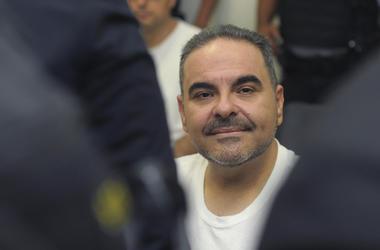 En esta foto de archivo del 8 de agosto de 2018, el expresidente salvadoreño Tony Saca asiste a una audiencia con un juez en un complejo judicial en San Salvador, El Salvador por cargos que señalan que se habría enriquecido con dinero del Estado.
