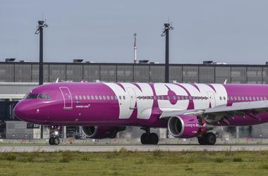 Un avión de la aerolínea islandesa de bajo costo WOW estacionado en el aeropuerto en Schoenfeld, Alemania, el 12 de septiembre de 2017.