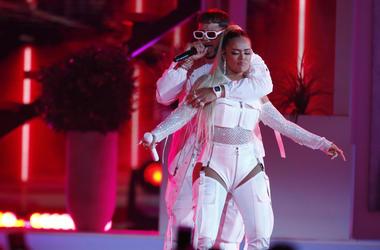 Anuel AA, a la izquierda, y Karol G cantan juntos en la ceremonia de los Premios Billboard de la Música Latina el jueves 25 de abril del 2019 en Las Vegas.