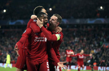 Georginio Wijnaldum (centro de Liverpool) festeja tras anotar el cuarto gol del equipo ante Barcelona en el partido de vuelta de la semifinal de la Liga de Campeones, el martes 7 de 2019.