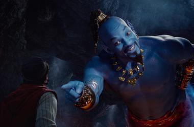 """Mena Massoud en el papel de Aladdin, izquierda, y Will Smith como el Genio en la adaptacion con actores de Disney del clasico animado de 1992 """"Aladdin"""" en una fotografia proporcionada por Disney."""