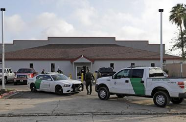 En esta fotografia de archivo del 23 de junio de 2018, vehiculos y agentes de la Patrulla Fronteriza permanecen afuera del Centro de Procesamiento Central en McAllen.