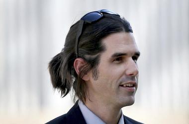 En esta fotografía de 2018, se muestra a Scott Daniel Warren, quien está acusado de albergar y brindar ayuda a migrantes, afuera de una tribunal de Tucson, Arizona.