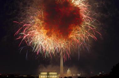 En esta imagen de archivo del 4 de julio de 2018, fuegos artificiales estallan sobre el Monumento a Lincoln y el Capitolio en Washington, durante las celebraciones del 4 de Julio.