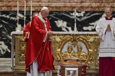 El papa Francisco bendice el ataúd durante el funeral del cardenal Leon Kalenga Badikebele, nuncio apostólico en Argentina, en la Basílica de San Pedro del Vaticano, el sábado 15 de junio de 2019.