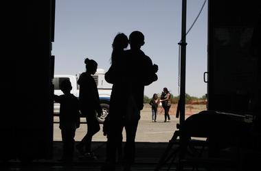 Esta foto de archivo del miercoles 22 de mayo del 2019 muestra a migrantes, mayormente de Centroamerica, en un hangar en Deming, Nuevo Mexico.
