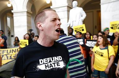 Manifestantes se congregan en el Capitolio en Washington para protestar conra las políticas fronterizas y de inmigración del gobierno el martes, 25 de junio del 2019.
