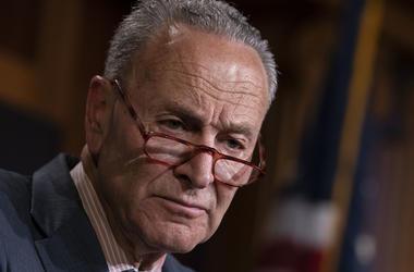 En esta fotografía de archivo del martes 18 de junio de 2019, el líder de la minoría demócrata en el Senado, Chuck Schumer, habla con periodistas en el Capitolio en Washington.