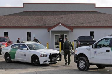 En esta fotografía de archivo del 23 de junio de 2018, un agente de la Patrulla Fronteriza camina entre vehículos afuera del Centro Principal de Procesamiento en McAllen, Texas.