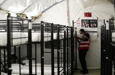En esta foto del 9 de julio del 2019 se ven literas donde duermen los chicos alojados en el nuevo centro de detenci n de migrantes menores de edad en Carrizo Springs, Texas. Las habitaciones fueron instaladas en estructuras rodantes.