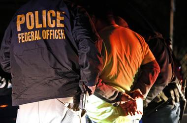 En esta fotografía de archivo del 22 de octubre de 2018, agentes del Servicio de Control de Inmigración y Aduanas detienen a una persona durante una redada en Richmond, Virginia.