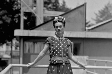 En esta fotografía del 14 de abril de 1939, la pintora y surrealista Frida Kahlo, quien fue esposa del famoso muralista mexicano Diego Rivera, posa en su casa en la Ciudad de México. La Fundación Frida Kahlo para la Cultura y las Artes se asoció con la ma