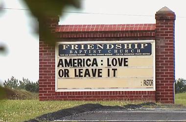 """Esta imagen, tomada de un video del martes 16 de junio de 2019 proporcionado por la televisora WSET-TV, muestra un letrero que dice en inglés """"Estados Unidos: ámalo o déjalo"""" afuera de la iglesia bautista Amistad en Appomattox, Virginia."""