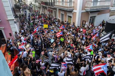 Manifestantes protestan contra el gobernador de Puerto Rico, Ricardo Rosselló, en San Juan, Puerto Rico, el domingo 21 de julio de 2019.