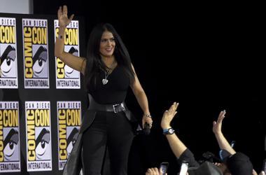 Salma Hayek saluda a los fans al subir al escenario para la conferencia de Marvel Studios en la Comic-Con, el sábado 20 de julio del 2019 en San Diego.