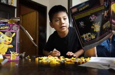 En esta fotografía de archivo del 24 de junio de 2019, el niño guatemalteco Byron Xol, que le fue arrebatado a su padre y luego éste fue deportado, juega en Buda, Texas.