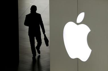 En la foto de archivo del 3 de enero de 2019, un hombre sale de una tienda Apple en Beijing.