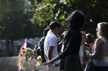 Una mujer arriba a la ceremonia por el 18 aniversario de los ataques del 11 de septiembre de 2001 en el Monumento Nacional 11 de Septiembre, Nueva York, miércoles 11 de septiembre de 2019.
