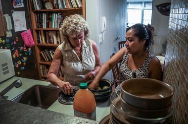 Vivien Tartter, a la izquierda, visita a su huésped, la inmigrante guatemalteca Rosayra Pablo Cruz, en un apartamento en la planta baja que Tartter puso a disposición de Cruz y su familia, en Nueva York.