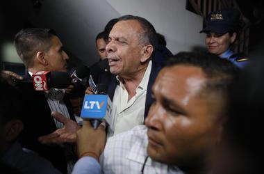 el expresidente hondureño Porfirio Lobo habla a la prensa a la salida de una corte donde su esposa, Rosa Elena Bonilla de Lobo, fue condenada por cargos de corrupción en Tegucigalpa, Honduras.