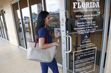 Una mujer entra a las oficinas del departamento de licencias de la agencia de Seguridad de Carreteras y Vehículos de Motor de Florida en Hialeah el 8 de octubre del 2019. El Buró del Censo de Estados Unidos les pidió a los 50 estados del país que porvean