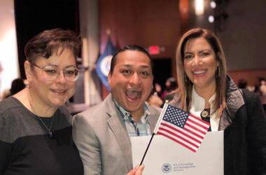 La ceremonia de ciudadanía de Chepe de El Zol 107.9