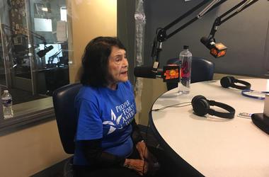 Dolores Huerta en los estudios de El Zol 107.9