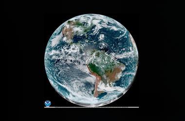 Esta foto satelital del 8 de agosto del 2019 proporcionada por la NOAA muestra cúmulos sobre el hemisferio occidental.