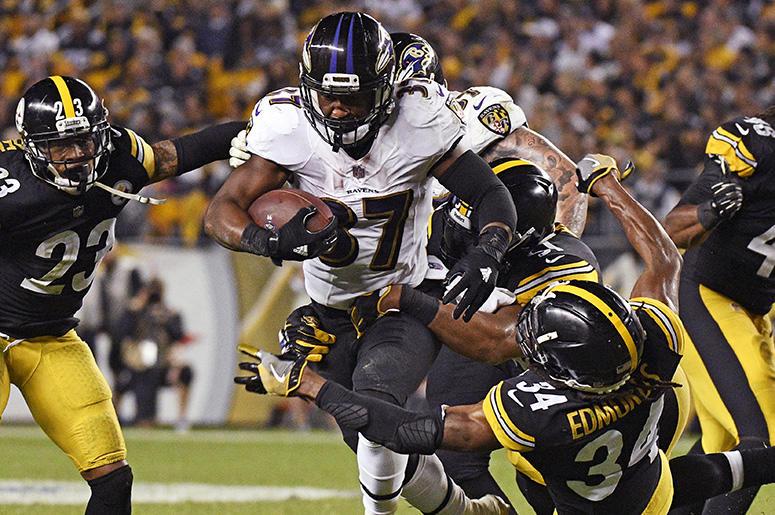 Javorius Allen, corredor de los Ravens de Baltimore, elude a Terrell Edmunds, de los Steelers de Pittsburgh, durante la segunda mitad del encuentro disputado el domingo 30 de septiembre de 2018