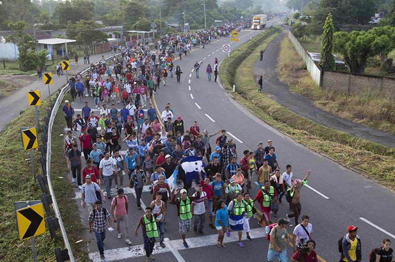 Migrantes centroamericanos caminan hacia la frontera de Estados Unidos sobre una carretera de Ciudad Hidalgo, México, el domingo 21 de octubre de 2018.