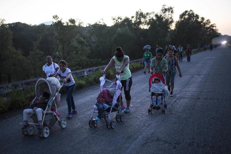 Los migrantes centroamericanos que viajan en caravana a Estados Unidos se dirigen a Pijijiapan, México, el jueves 25 de octubre de 2018.