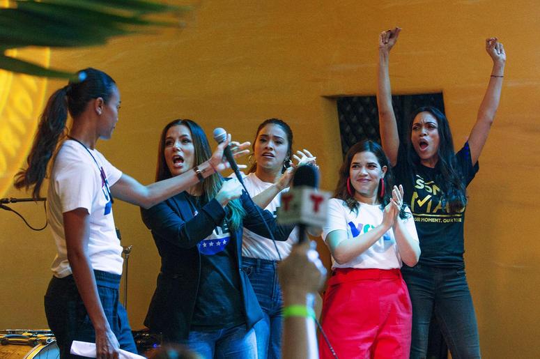 """De izquierda a derecha, Zoe Saldaña, Eva Longoria, Gina Rodríguez, América Ferrera y Rosario Dawson se unen a la New Florida Majority, la Florida Immigrant Coalition, el Center for Popular Democracy Action y el Latino Victory Project para encabezar """"Latin"""
