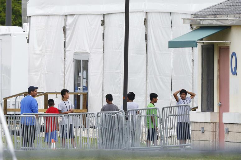 Esta foto de archivo del 20 de junio del 2018 muestra a niños inmigrantes afuera del Centro de Detención Temporal Homestead para Menores No Acompañados, en Homestead, Florida.