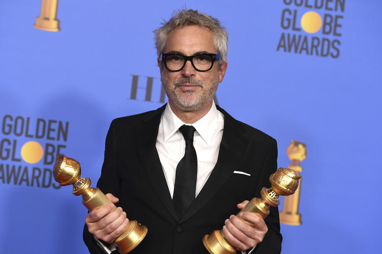 """Alfonso Cuarón posa en la sala de prensa tras ganar los Globos de Oro a la mejor cinta en lengua extranjera y a la mejor dirección, por """"Roma"""", el domingo 6 de enero del 2019 en Beverly Hills, California."""