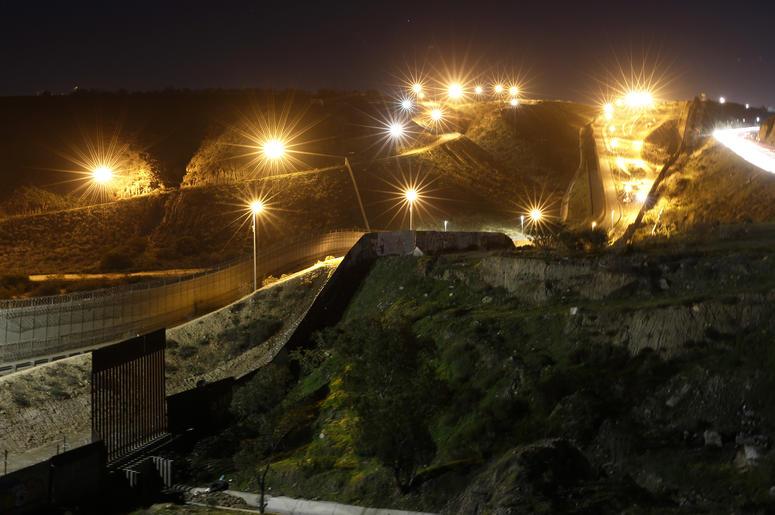 Luminarias instaladas en suelo de Estados Unidos iluminan varios puntos del muro fronterizo con Tijuana, México, el lunes 7 de enero de 2019. Sin grandes avances a la vista, el presidente Donald Trump promoverá ante la nación el martes por la noche, en ho