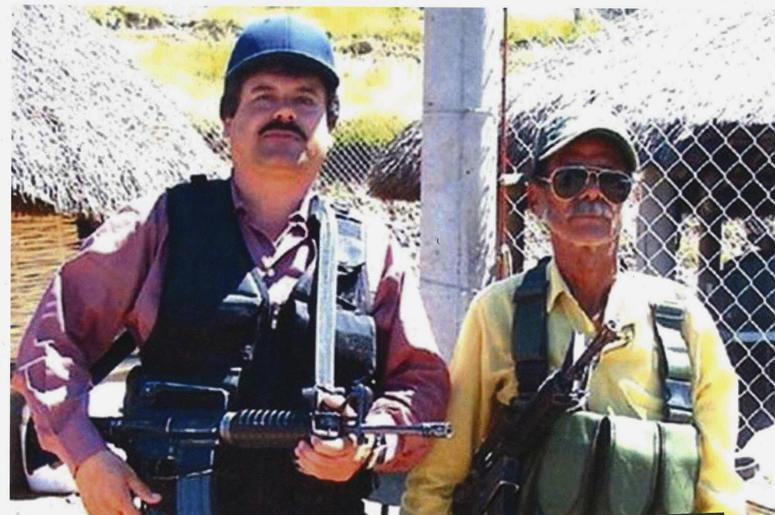 """En esta foto sin fecha proporcionada por la Oficina del Fiscal de los Estados Unidos para el Distrito Este de Nueva York, Joaquín """"El Chapo"""" Guzmán, a la izquierda, posa con un hombre no identificado. Los mensajes de texto enviados por el narcotraficante"""