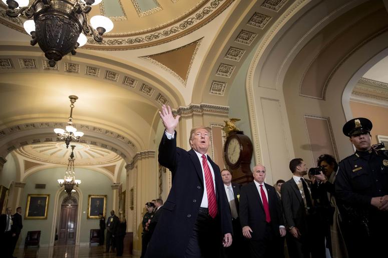 El presidente de Estados Unidos, Donald Trump, acompañado del vicepresidente, Mike Pence, saludan a reporteros a su llegada al almuerzo del grupo republicano en el Senado, en el Capitolio, en Washington, el 9 de enero de 2019.