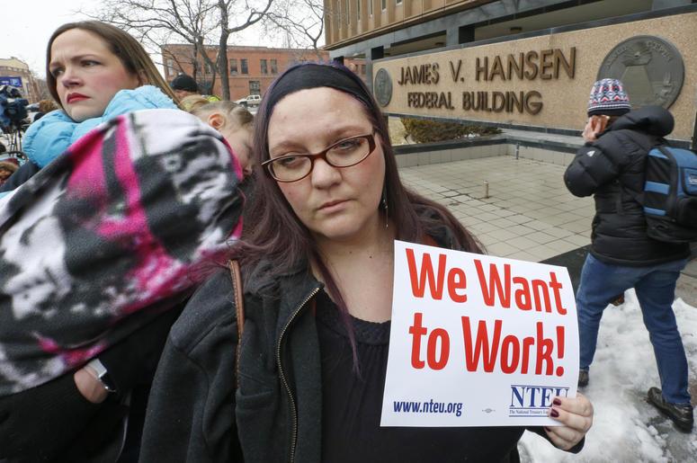 La empleada del Servicio de Impuestos Internos Christine Helquist participa en una manifestación de empleados federales el jueves 10 de enero de 2019 en Ogden, Utah.