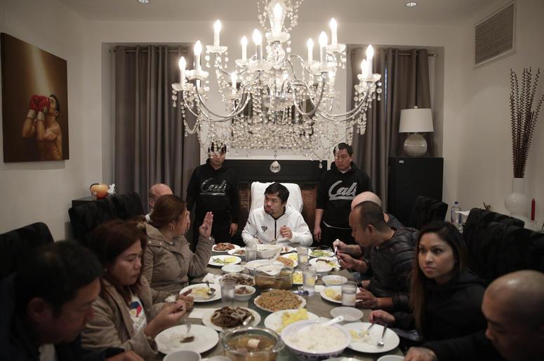 El boxeador filipino Manny Pacquiao, al centro, desayuna con familiares y amigos tras su carrera matutina el lunes, 14 de enero del 2019, en Los Angeles.