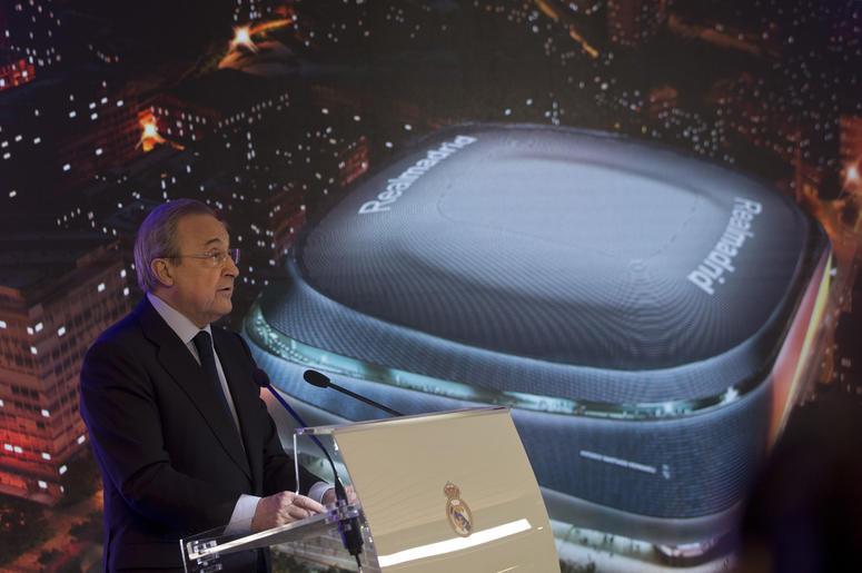 El presidente de Real Madrid, Florentino Pérez, pronuncia un discurso junto a la reacreación del propuesto nuevo diseño del Estadio Santiago Bernabéu durante una presentación el martes, de de abril del 2019, en Madrid.
