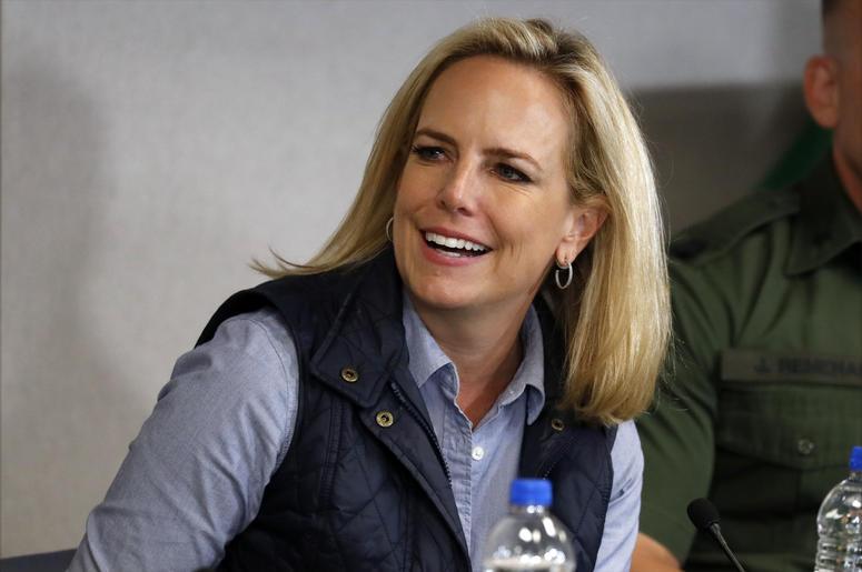 Kirstjen Nielsen, secretaria de Seguridad Nacional, sonríe mientras escucha al presidente Donald Trump en la estación de la Patrulla Fronteriza en Calexico, California, el viernes 5 de abril de 2019.
