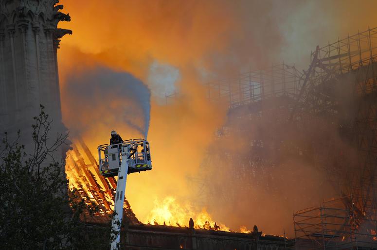 El incendio en la Catedral Notre Dame de París el 15 de abril del 2019. Expertos dicen que debido a la magnitud del incendio y a la construcción de la Catedral de Notre Dame, era poco lo que los bomberos pudieron hacer para salvar la joya arquitectónica